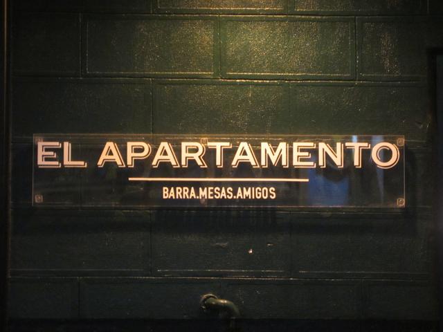 el apartamento_cartel fuera