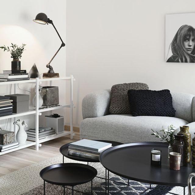 un sof gris a grey sofa